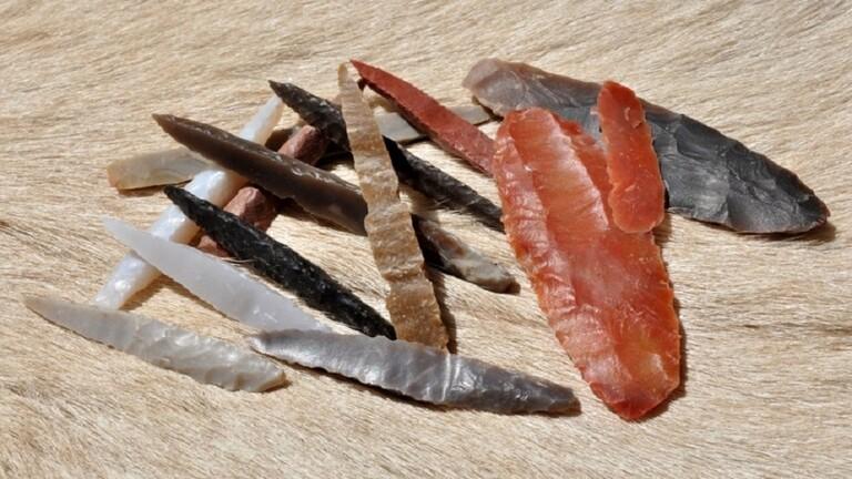 وصول صورة حصرية تكشف عن عملية العثور على  اسلحة بدائية لليمنيين في العصر الحجري ( صورة )